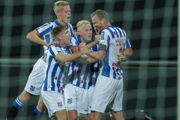 Jan Paul van Hecke (links) viert de goal van Henk Veerman waarmee Heerenveen op 0-3 kwam.