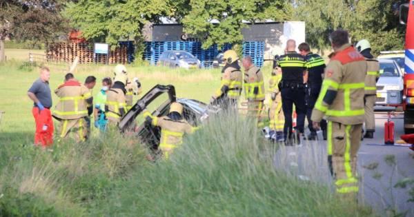 Ernstig ongeval in Loenen: bestuurder in kritieke toestand nadat auto in greppel belandt.