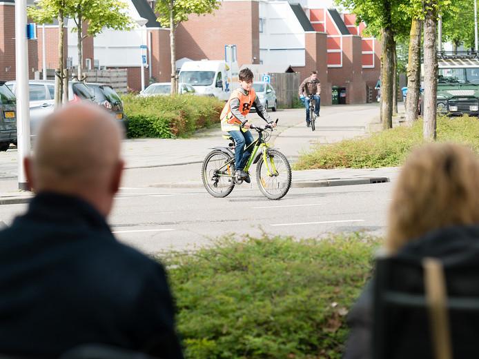 Basisschoolleerlingen bezig met hun fietsexamen.