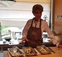 Culinair recensent Carla Kentgens aan het werk in de keuken.