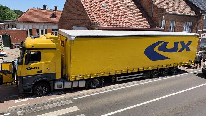 De vrachtwagen kwam tot stilstand aan de schoolpoort van De Heiberg.