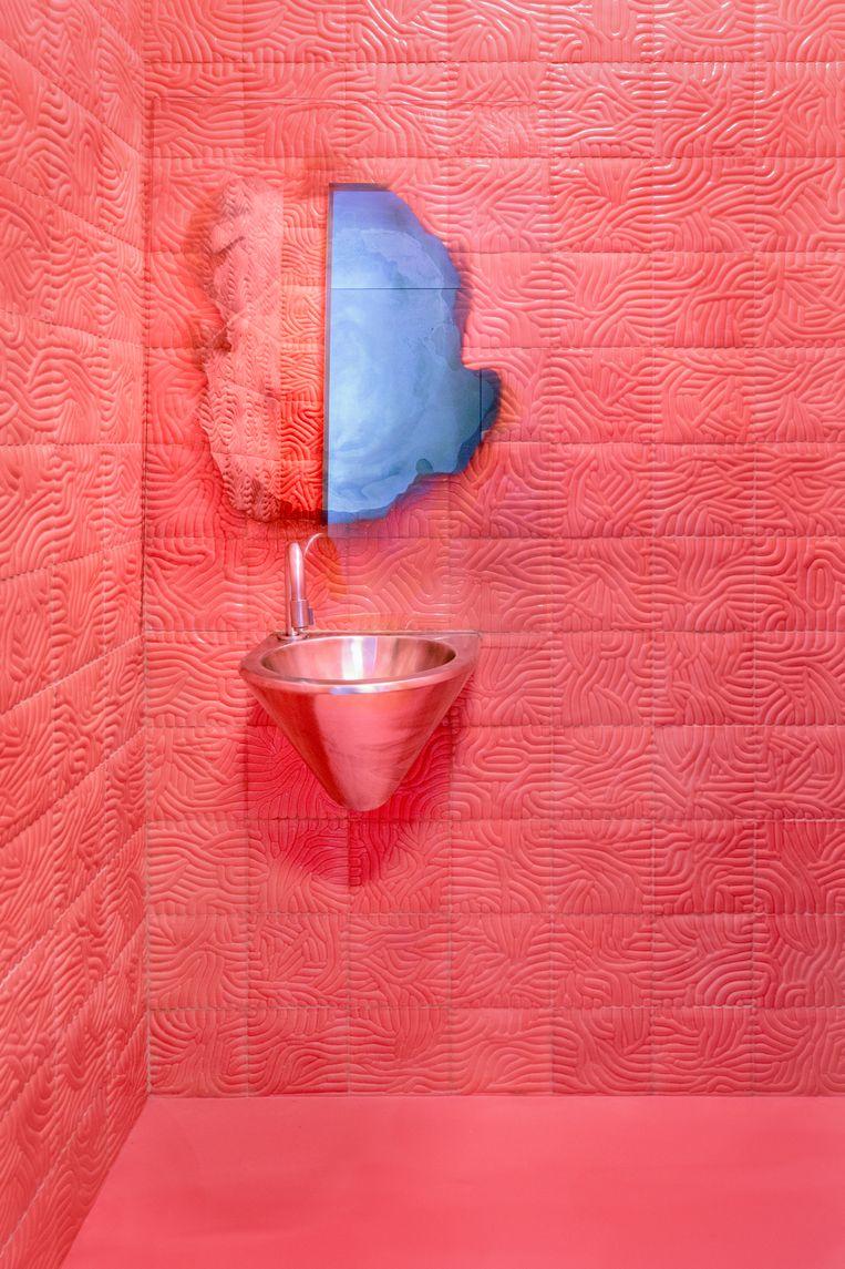 'Deze spiegel is van de Zweedse kunstenaar Jenny Nordberg. Typisch zo'n ding waarvan ik denk: waarom heb ik het zelf niet ontworpen? Ze heeft het zilver maar op een deel van de glasplaat gegoten, waardoor je alleen in het midden een spiegelbeeld hebt. Heel cool.' Beeld Marleen Sleeuwits