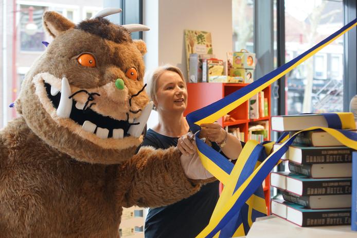 Wethouder Mariëlle Broekmnan heropende Boekhandel Roodbeen samen met De Gruffalo.