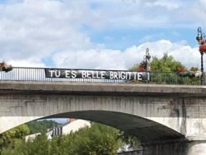 """""""Tu es belle"""": la banderole en soutien à Brigitte Macron déployée sur un pont en France"""