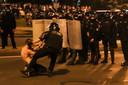Een politieagent houdt een demonstrant vast tijdens een demonstratie na de presidentsverkiezingen in Minsk.
