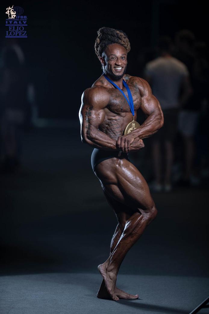 Grego Francisca toont zijn imposante spieren.