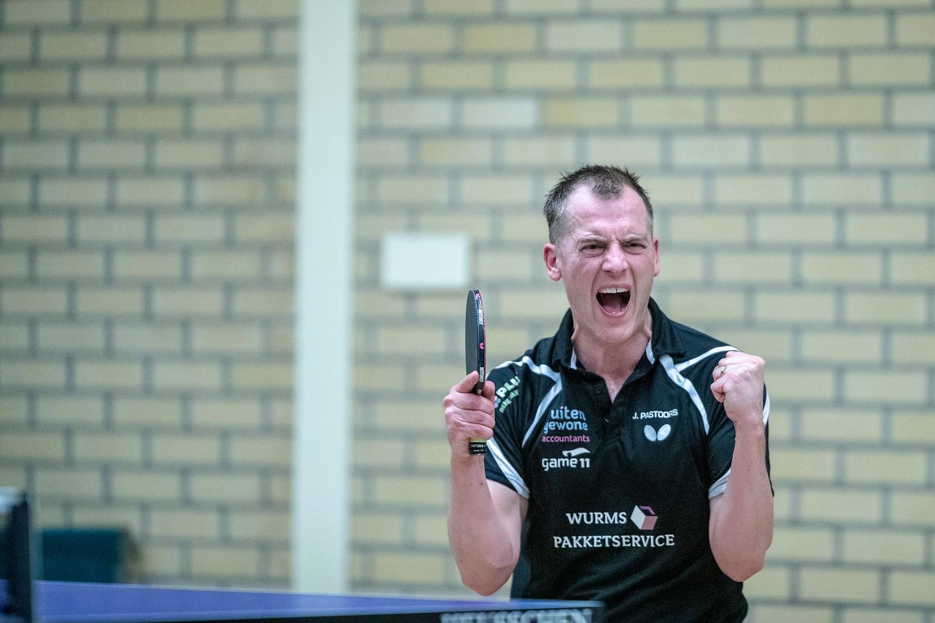 Hercules-speler Jurgen Pastoors juicht na een gewonnen punt.