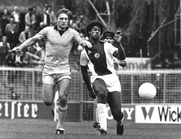 Ron Jans (l) in jonge jaren als voetballer. In dit duel zet hij Ajacied Frank Rijkaard van de bal.