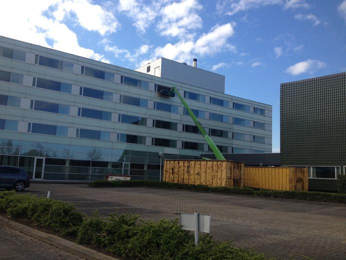 Het hotel aan de Hogeweg waar momenteel gewerkt wordt (foto is gemaakt bij de start van de werkzaamheden op 12 april).