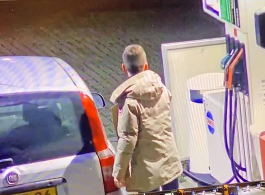 Voordat hij een vriend ophaalt om uit te gaan, tankt Max Meijer zaterdagavond 7 december bij de pomp van zijn oom in Ossendrecht.