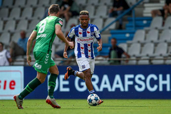 De Graafschap-middenvelder Jesse Schuurman in duel met Chidera Ejuke  van Heerenveen.