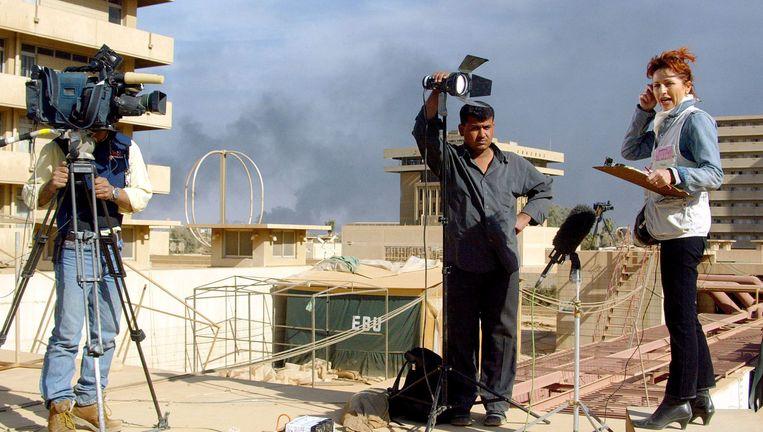 Een Italiaanse journaliste in Bagdad. Beeld AFP