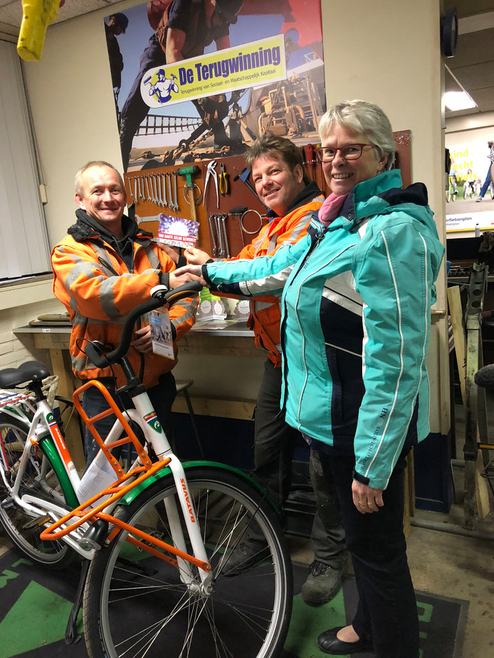 Richard van de Pol (l) kreeg de fiets van Arjan Nihot dankzij de kerstwens die Gerdi van Elk voor hem indiende.