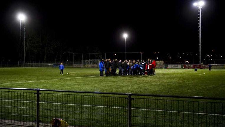 Spelers komen bijeen voorafgaand aan de training bij amateurvoetbalclub SC Buitenboys. Beeld anp