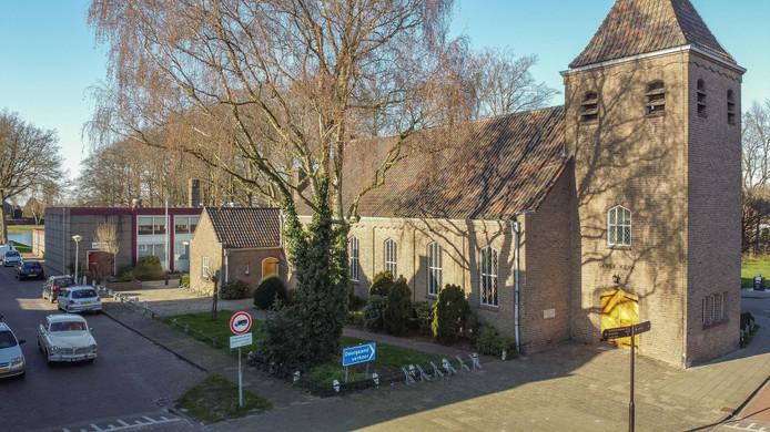 Ichtuskerk in Hasselt met op de achtergrond Kerkelijk Centrum 'De Schakel' waar iemand ligt opgebaard.