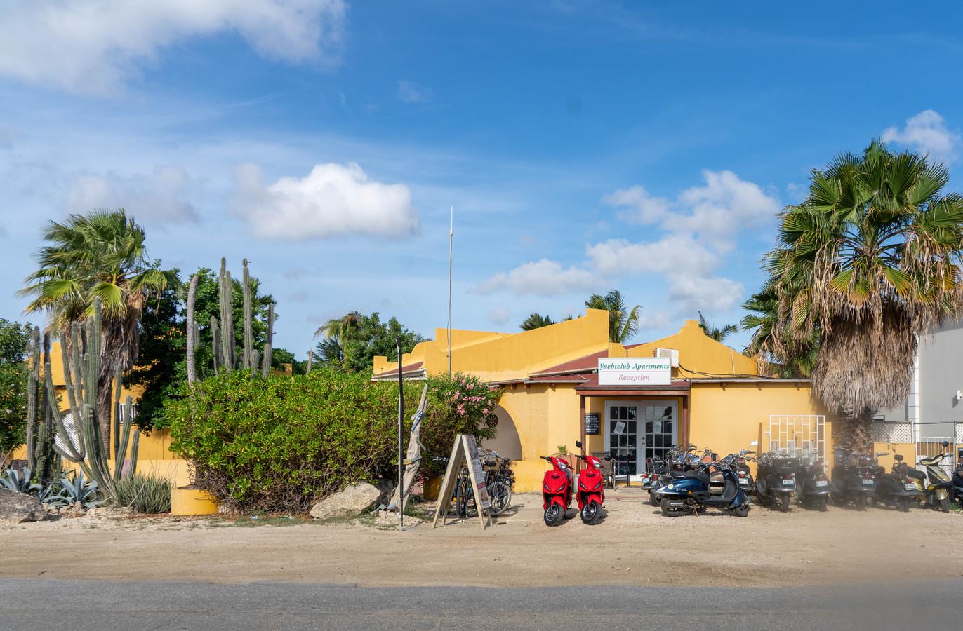 Kralendijk, Bonaire, de officiële woonplaats van ondernemer John den B. Op de foto een van de bedrijven, officieel eigendom van de partner van Den B.