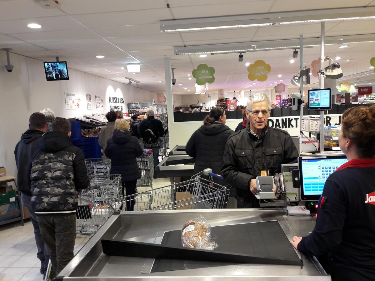 André is de eerste klant die afrekent in de vernieuwde Jan Linders van Sint Anthonis.