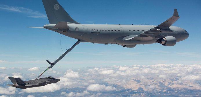 De Airbus A330 MRTT/KC-30M in actie bij het bijtanken van een F-35 in de lucht. Het toestel is gestationeerd op Vliegbasis Eindhoven.