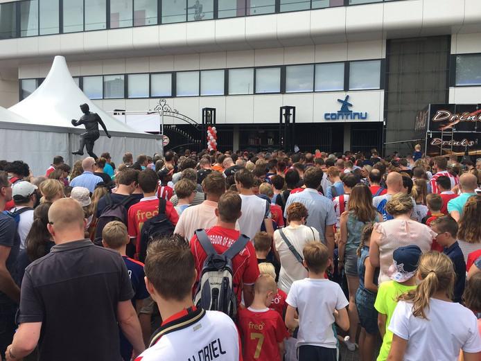 PSV-fandag: Lange rijen voor het Philips Stadion