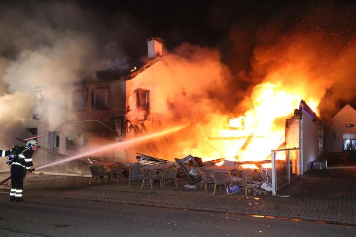 Een uitslaande brand in de Petjes Bar in Overlangel.