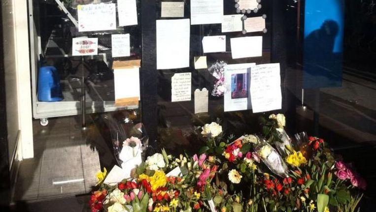Na zijn overlijden lieten buurtbewoners van de Sarphatistraat bloemen en briefjes achter voor hun geliefde straatkrantverkoper Andy. Beeld Tom Kieft