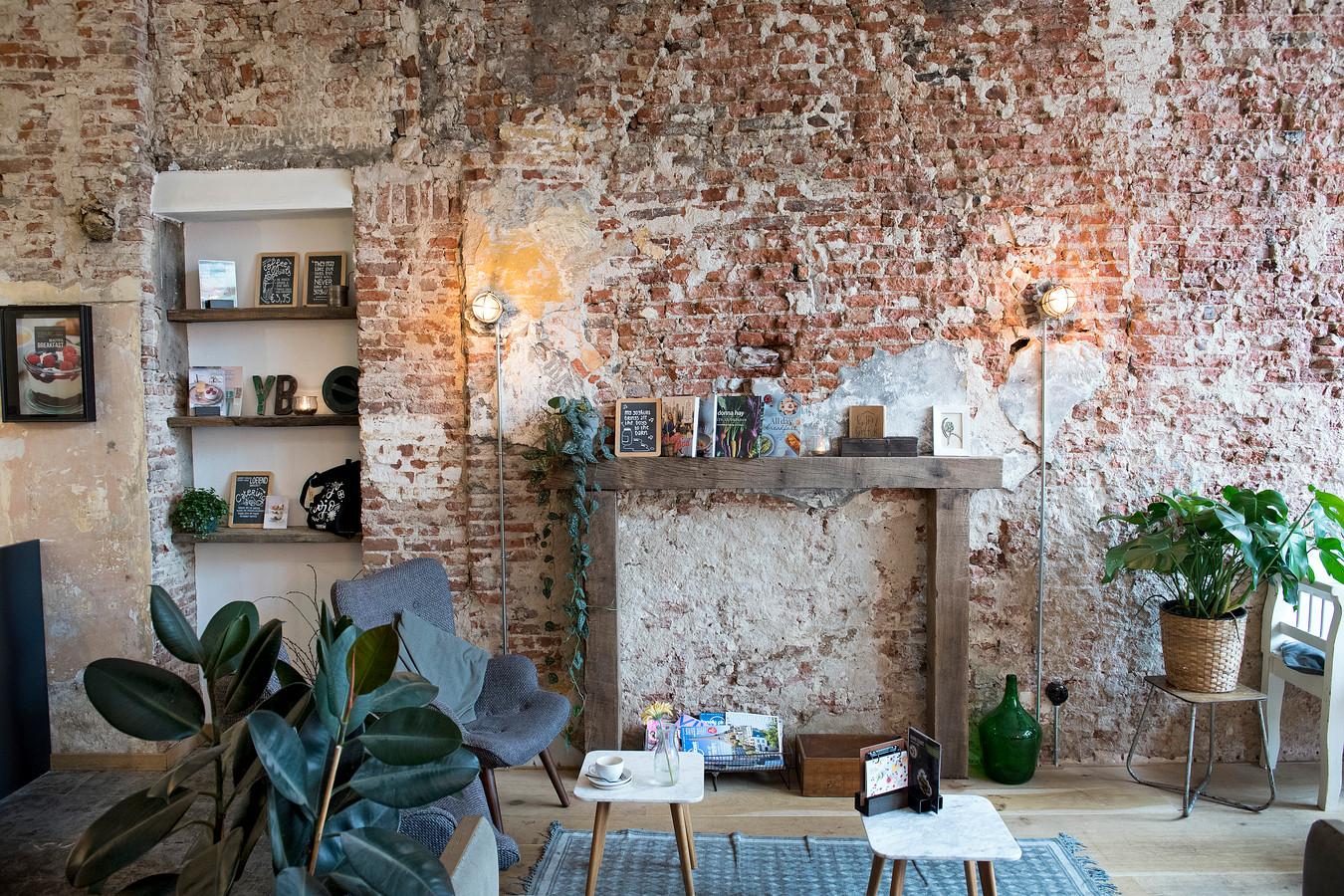 Dat is dus typisch Yoghurt Barn: authentieke muur. ,,Authentiek, dat is het woord. We willen een tweede huiskamer zijn.''