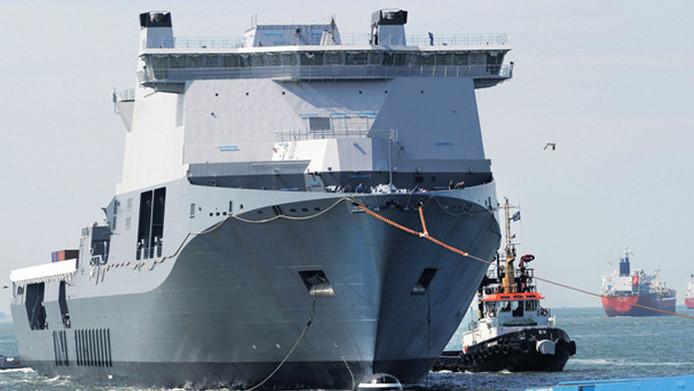 De JSS Karel Doorman, het 'gruwelijk grote' schip dat we helemaal niet nodig hebben, kwam er toch. Een handvol Kamerleden bleek gevoelig voor de lobby van de scheepsbouw.