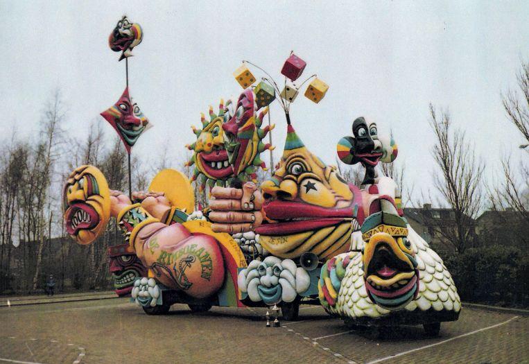 1984  'We tille dur niet zo zwaar aon', was het motto. Deze wagen was 9 meter hoog en kon zich verheffen tot 13 meter. Tijdens de optocht kwamen we klem te zitten onder een hoogspanningskabel. Gelukkig hadden we het hoogste gedeelte voorzien van een contragewicht, zodat we met wat kunst- en vliegwerk de tocht toch konden vervolgen.' Beeld Foto Marcel van den Bergh