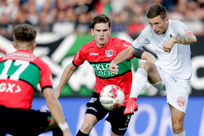Tom van de Looi (links) vecht een duel uit met Sven van Doorm van Telstar.