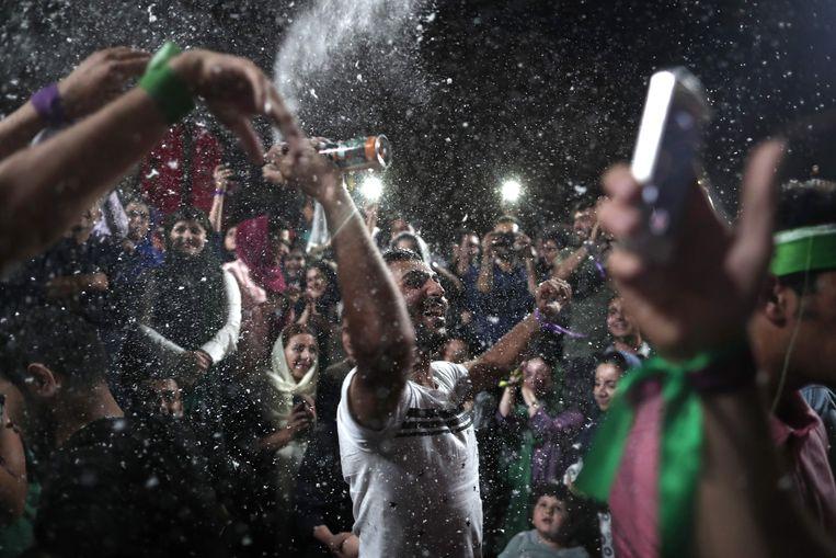 Feestvreugde in Teheran na de overwinning van president Hassan Rohani. Hij kreeg 57 procent van de stemmen, terwijl veel kiezers eigenlijk niet echt tevreden zijn over zijn beleid. Beeld AFP