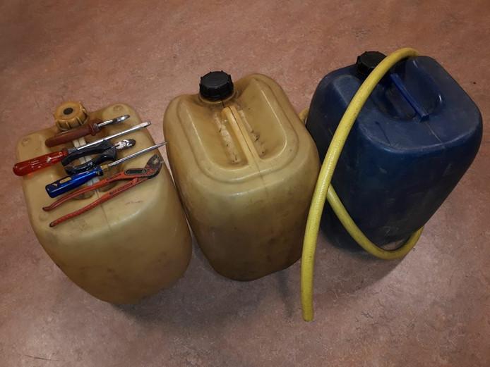 De aangetroffen spullen in de auto.