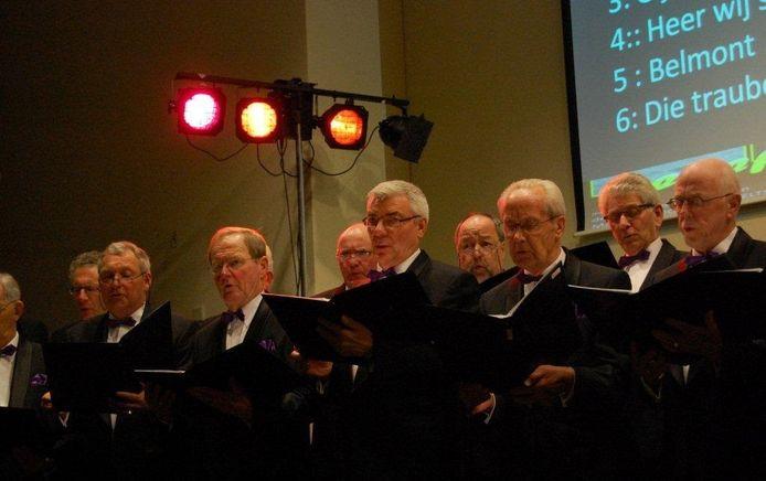 Optreden Hasselt's Mannenkoor in de Ontmoetingskerk in Hasselt met Herman Bruins Slot (vierde van links).