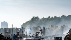 Enorme vuurzee legt loods van bandenfabrikant in de as