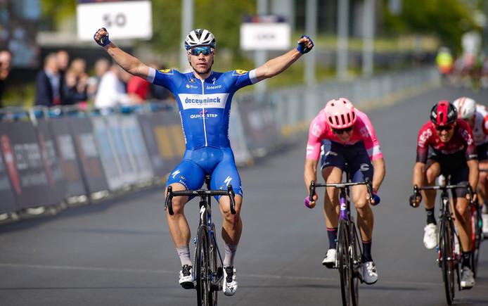 Fabio Jakobsen wint de sprint.