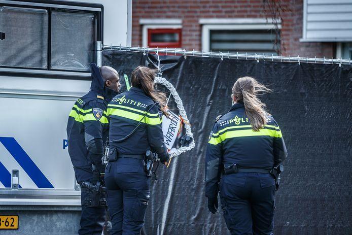 Politie bij het huis van het gezinsdrama.