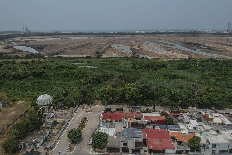 Een bovenaanzicht van de plek waar de nieuwe olieraffinaderij Dos Bocas moeten komen, vlak bij Paraíso, een dorpje in de thuisstaat van de Mexicaanse president. Beeld Bloomberg via Getty Images