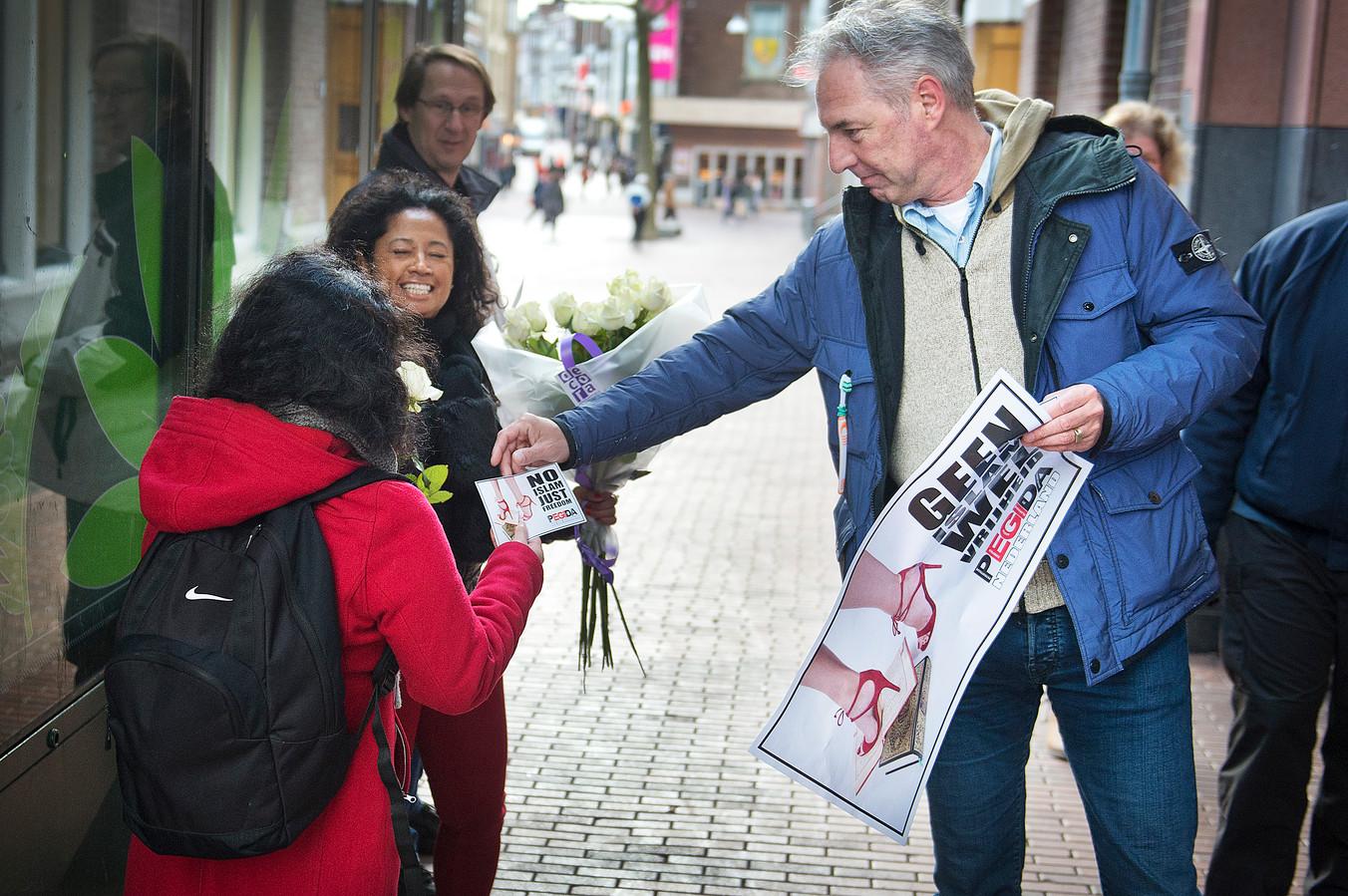Pegida-voorman Edwin Wagensveld was vorig jaar ook in Nijmegen. Hij deelde flyers uit op internationale vrouwendag.