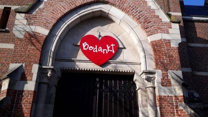 Kerkklokken luiden uit solidariteit, gelovigen hangen hartjes aan hekken