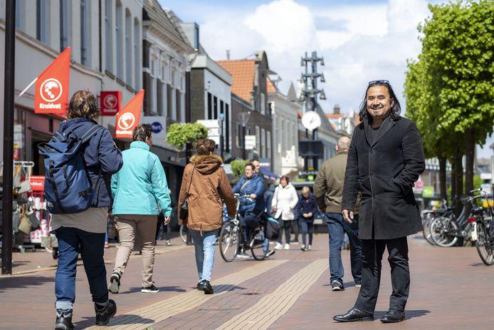 Randy van Lingen in de Almelose binnenstad, waar hij voor acht historische gebeurtenissen een tekenfilmpje fabriceerde.