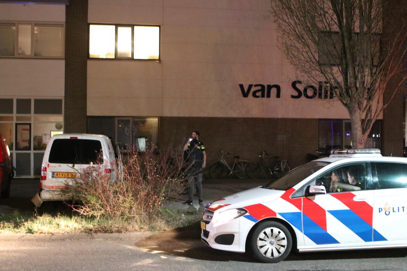 De politie is aanwezig op de locatie van de mogelijke schietpartij in Ede.