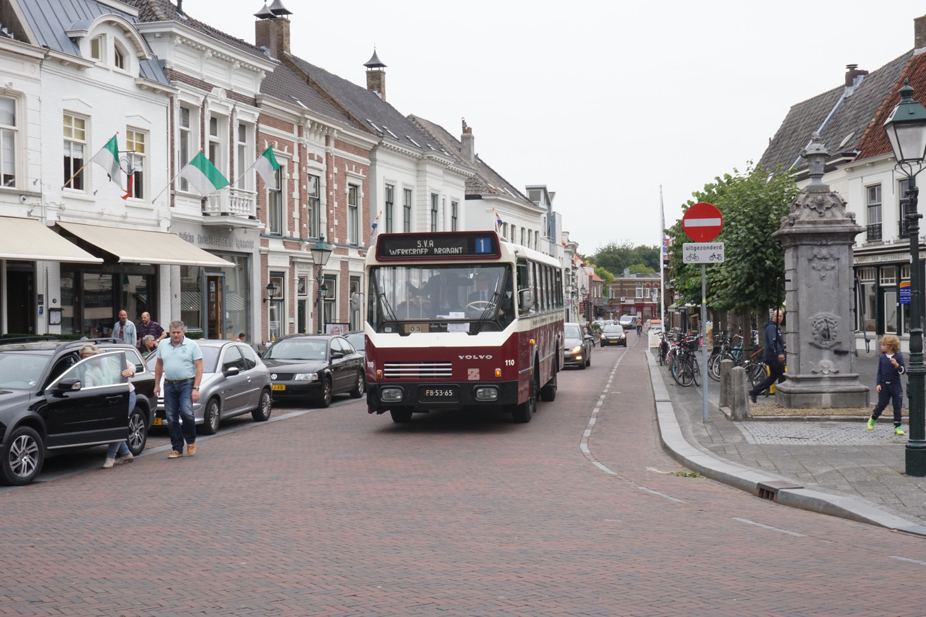 Hier rijdt de BBA 110 op de Haagse Markt in Breda. Begin november pendelt ie twee dagen in Roosendaal.