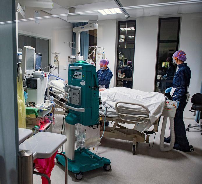 Ook het zorgpersoneel in het Amphia ziekenhuis werd zwaar op de proef gesteld tijdens de eerste coronacrisis. De raad van bestuur wil daarom dat iedereen de zorgbonus van duizend euro krijgt.
