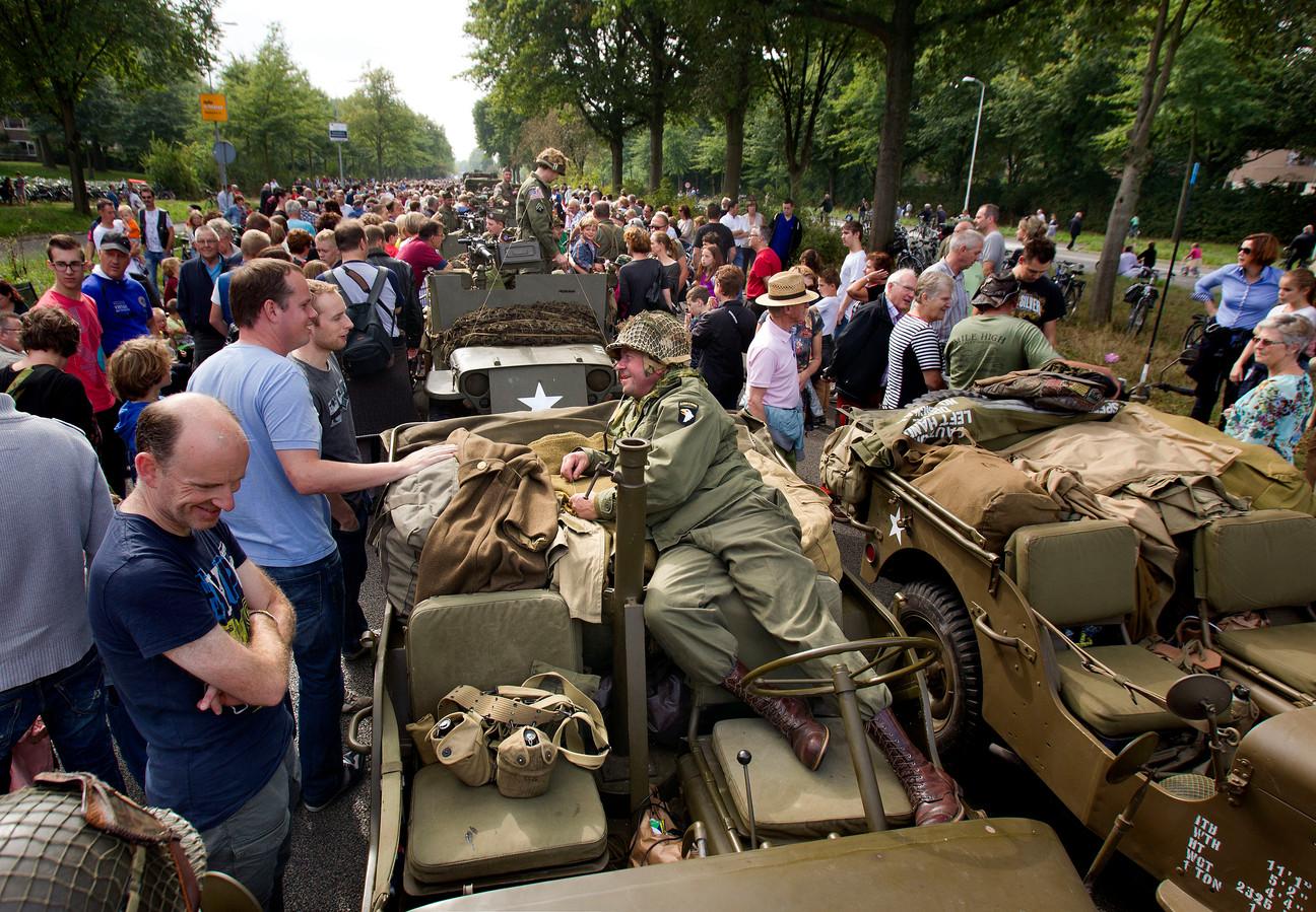 In 2014 bracht de colonne met historische legervoertuigen een grote massa mensen op de John F. Kennedylaan op de been.