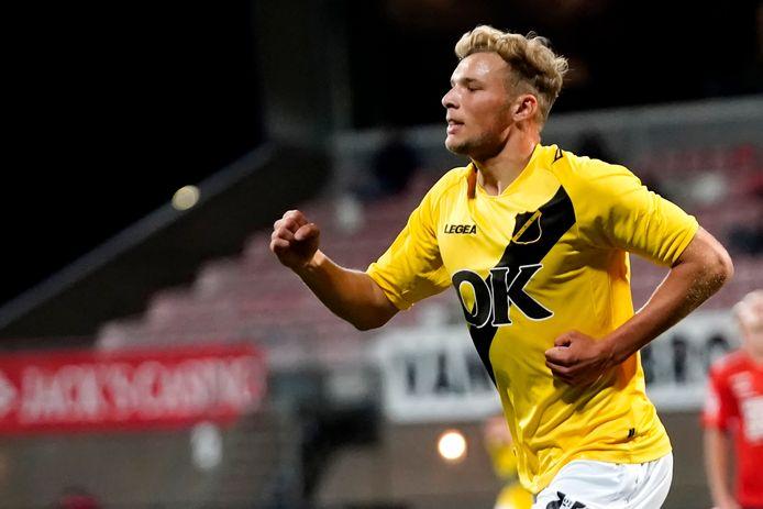 Sydney van Hooijdonk viert zijn doelpunt tegen Helmond Sport.
