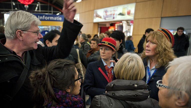 Emoties lopen af en toe hoog op bij reizigers die van de NS een duidelijke verklaring eisen. Duizenden reizigers zijn in november op Utrecht CS gestrand in de avondspits. Beeld anp