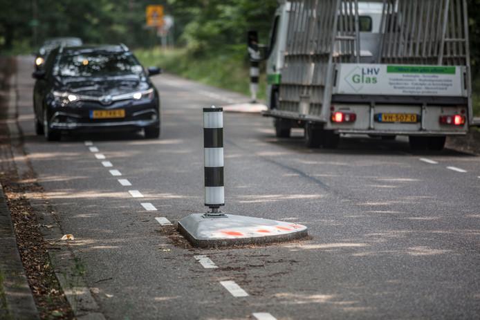 De zichtbaarheid van de omstreden straatjuwelen in Son en Breugel is inmiddels 'verbeterd' met oranje graffitistippen.