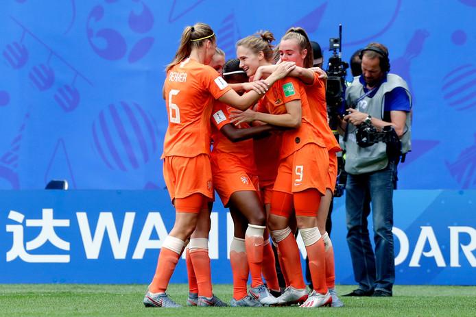 De Oranjevrouwen vieren de 3-1 van Vivianne Miedema tegen Kameroen.