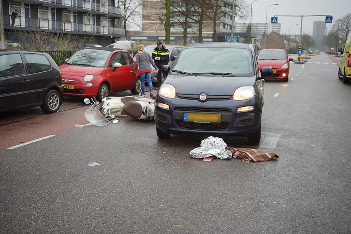 Op de O.C Huismanstraat in Nijmegen kwamen een auto en een scooter met elkaar in botsing.