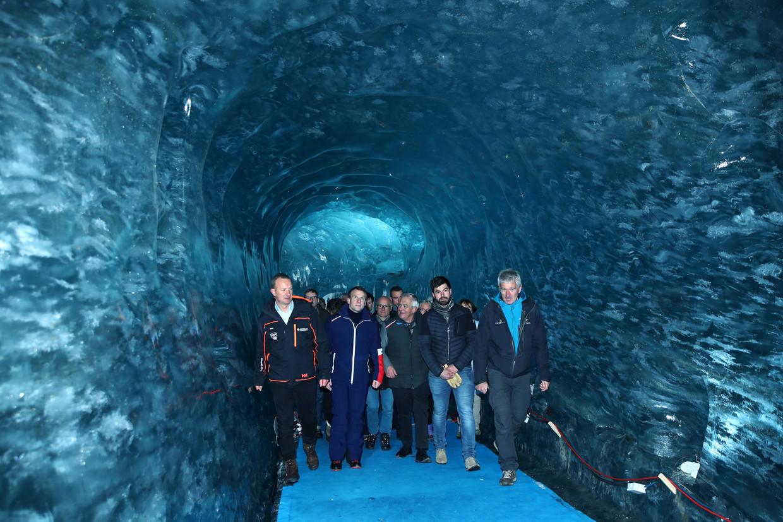 Frankrijks president Emmanuel Macron (tweede van links) bezocht deze week gletsjer Mer de Glace, bij de Mont Blanc.