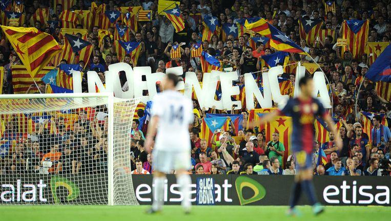 Zowel Barcelona als Real Madrid, hier in een onderling duel in Catalonië, werd door Le Monde in verband gebracht met doping. Beeld getty